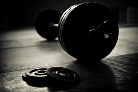 Foto de Barbell and discs in a weightlifting gym - Imagen libre de derechos