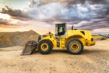 Foto de Earthworks with an excavator for the construction of a road - Imagen libre de derechos