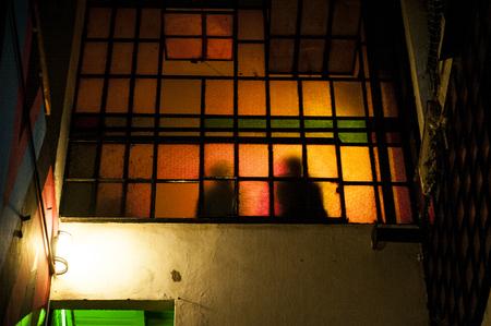 Foto de Couple silhouette in the window glass - Imagen libre de derechos
