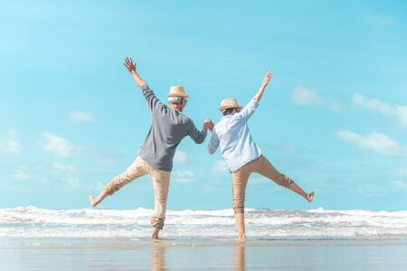 Photo pour Charming elderly couple went to the beach to enjoy the sea breeze - image libre de droit