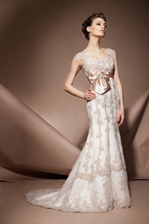 Photo pour The beautiful young woman posing in a wedding dress - image libre de droit