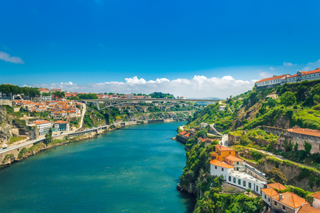 Photo pour Porto, Portugal: hills of Vila Nova de Gaia with Monastery of Serra do Pilar, wine cellars and Ponte Infante D Henriques bridge over Duoro river - image libre de droit