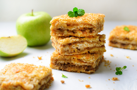 Foto per Apple Pie Bars with Sugar Crust, Crumble Cake, Homemade Apple Dessert on Bright Background - Immagine Royalty Free