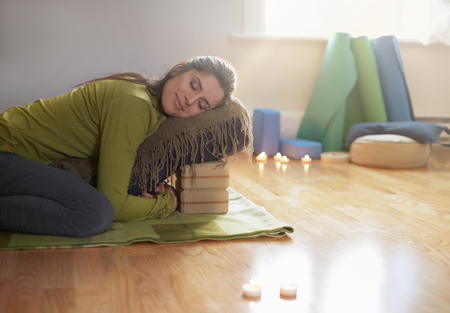 Photo pour Serene lady relaxing and meditating on a yoga mat in a cosy house - image libre de droit