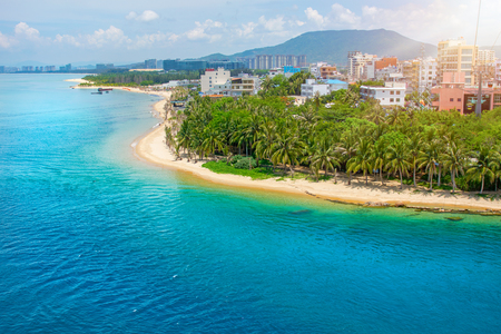 Foto de beautiful view of the lagoon with white sand and palm trees, turquoise sea. view from the top. Monkey Island - Imagen libre de derechos