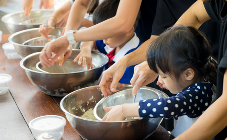 Photo pour Asian kid and family is learning how to make ice cream in a cooking class. - image libre de droit