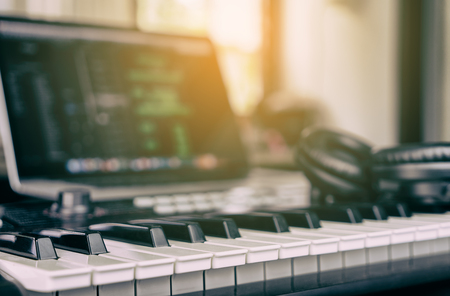Photo pour Music Keyboard in home computer music studio - image libre de droit