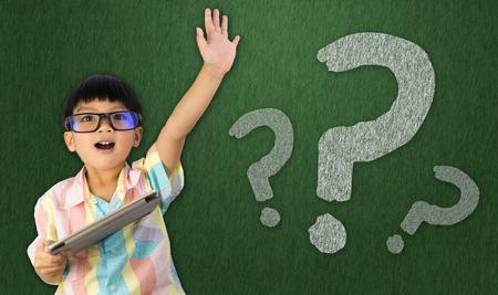 Photo pour boy holding tablet raise his hand to ask question - image libre de droit