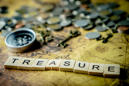Foto de Vintage treasure hunting concept with coins and compass - Imagen libre de derechos