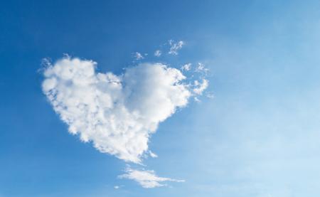 Foto de Love Heart shaped cloud blue sky for love and romance concept - Imagen libre de derechos