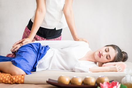 Photo pour Happy Lady is relaxing getting Thai massaging side view - image libre de droit