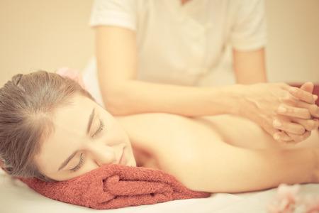 Foto de Thai massage using elbow to massage a woman back - Imagen libre de derechos