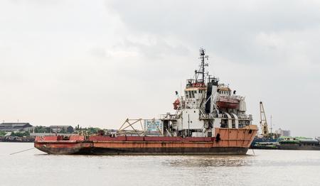 Foto de Old rustic construction ship on a river - Imagen libre de derechos