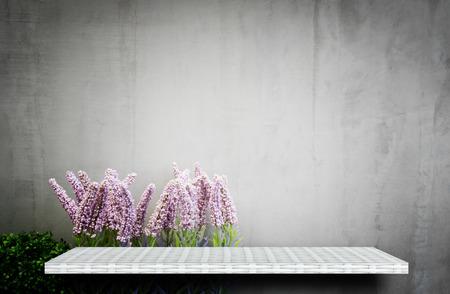 Photo pour empty white shelf on flower garden for product display - image libre de droit