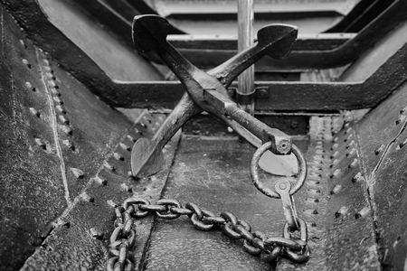 Foto de Old metalic, riveted ship with anchor on chain - Imagen libre de derechos