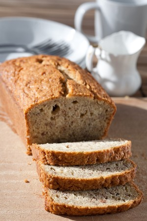 Photo pour Delicious freshly baked banana bread on wooden board - image libre de droit