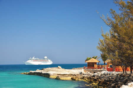 Photo pour The view of cruise and hut at Coco Cay, Bahamas - image libre de droit