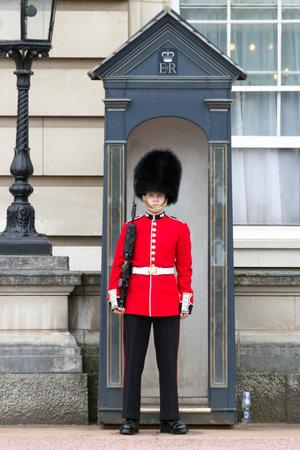 Foto de LONDON - JUL 1, 2015: Queen's Guard at Buckingham Palace. - Imagen libre de derechos