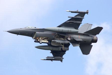 Foto de Armed F-16 fighter jet from below - Imagen libre de derechos