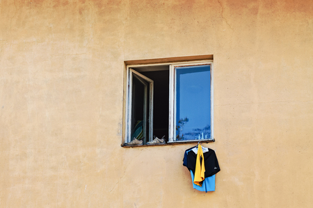 Photo pour Somebody drying his laundry by hanging it from an open window in the middle of Tallinn, the capital of Estonia. When you have no yard, you have to be inventive. - image libre de droit