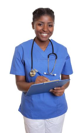 Foto de Laughing african nurse with clipboard - Imagen libre de derechos