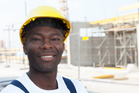 Photo pour Happy african american construction worker at building site - image libre de droit