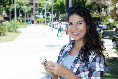 Photo pour Beautiful caucasian woman using phone in city - image libre de droit