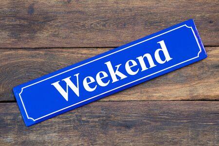 Photo pour Weekend street sign on wooden background - image libre de droit