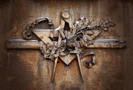Photo pour Grunge freemasonry emblem on dramatic background - masonic square and compass symbol, closeup of old architectural building decoration - image libre de droit