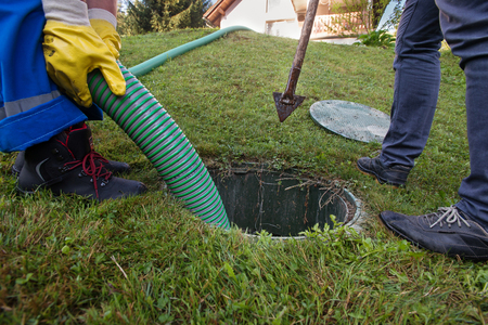 Photo pour Emptying household septic tank. Cleaning and unblocking clogged drain. - image libre de droit