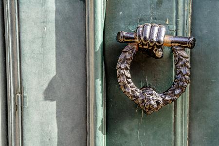 Photo pour old wooden entrance door with antique door handle - image libre de droit