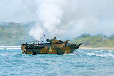 Foto de CHONBURI, THAILAND - FEBRUARY 17, 2018: Assault amphibious vehicle of South Korea sails along the sea during Cobra Gold 2018 Multinational Military Exercise on February 17, 2018 in Chonburi, Thailand. - Imagen libre de derechos