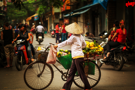 Photo pour street vendor in Hanoi, Vietnam - image libre de droit