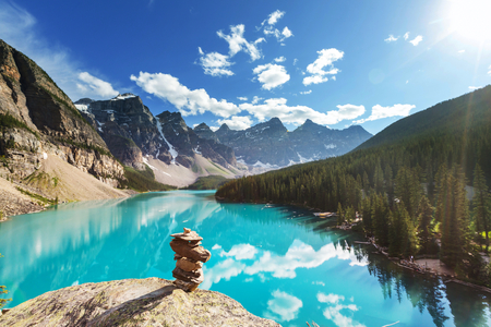 Foto de Beautiful Moraine lake in Banff National park, Canada - Imagen libre de derechos
