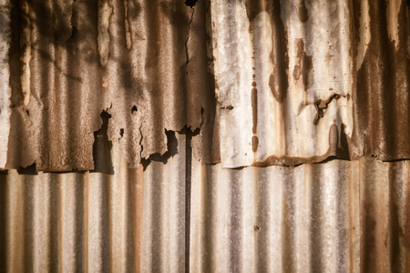 Foto de Background texture of the wall of old zinc sheet, metal sheet with rusty texture, rusty metal sheet, rusty zinc texture - Imagen libre de derechos