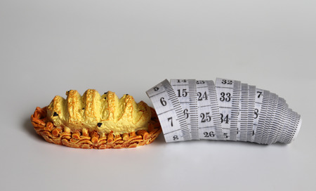 Foto de Miniature bread and white tape measure. - Imagen libre de derechos