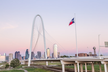 Foto de Dallas downtown skyline with Margaret hut hills bridge. - Imagen libre de derechos