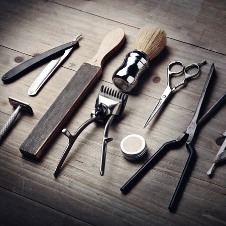 Photo pour Vintage equipment of barber shop on wood background - image libre de droit