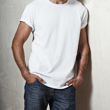 Photo pour Close-up of a muscular man wearing blank t-shirt - image libre de droit