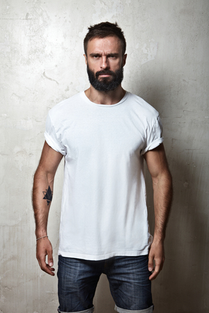 Foto de Portrait of a bearded guy wearing blank t-shirt - Imagen libre de derechos