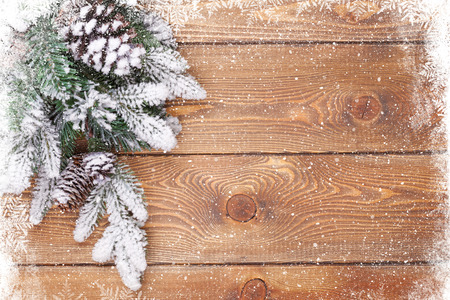 Photo pour Old wood texture with snow and firtree christmas background - image libre de droit