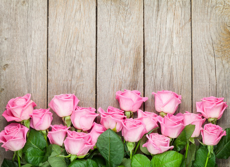 Photo pour Valentines day background with pink roses over wooden table. Top view with copy space - image libre de droit