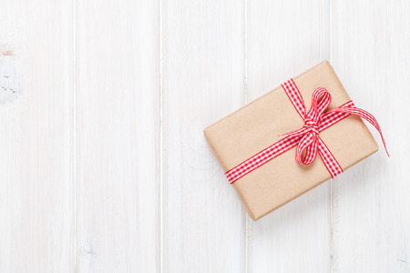 Foto de Gift box on wooden table background with copy space - Imagen libre de derechos