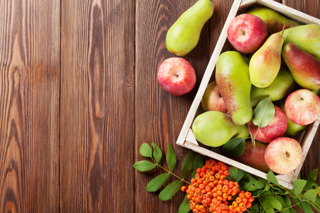 Photo pour Pears and apples in wooden box on table. Top view with copy space - image libre de droit