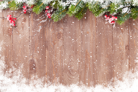 Foto de Christmas wooden background with snow fir tree. View with copy space - Imagen libre de derechos