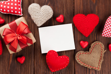 Photo pour Valentines day hearts, candies, gift box and greeting card over wooden background. Top view with copy space - image libre de droit