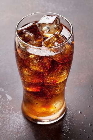 Photo pour Cola glass with ice cubes - image libre de droit