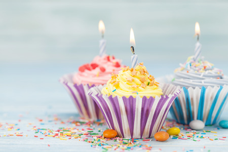 Photo pour Sweet cupcakes with candles. With space for your greetings - image libre de droit
