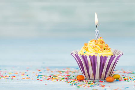 Photo pour Sweet cupcake with candle. With space for your greetings - image libre de droit