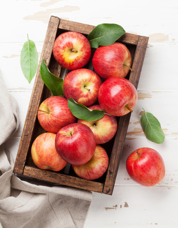 Foto de Ripe red apples in wooden box. Top view - Imagen libre de derechos